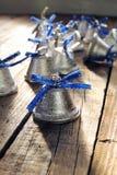 Κουδούνια Χριστουγέννων σε ένα ξύλινο υπόβαθρο Στοκ Φωτογραφία