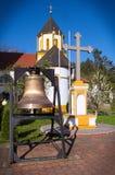 Κουδούνι και σταυρός στο μοναστήρι σύνθετο Privina Glava, Sid, Σερβία Στοκ Φωτογραφίες