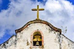 Κουδούνι και crucifix πάνω από το παλαιό παρεκκλησι Στοκ εικόνες με δικαίωμα ελεύθερης χρήσης