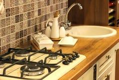 Κουζίνα, άσπρο επιτραπέζιο σκεύος, νεροχύτης στην κουζίνα Στοκ Φωτογραφία