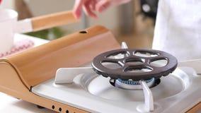 Κουζίνα αερίου κουζινών με το κάψιμο του αερίου προπανίου πυρκαγιάς στοκ εικόνες