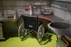 Κουζίνα για τους χρήστες αναπηρικών καρεκλών στοκ φωτογραφίες