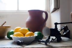 Κουζίνα εξοχικών σπιτιών Λεμόνια σε μια εκλεκτής ποιότητας αγγλική ετικέττα κουζινών χωρών Στοκ Εικόνες