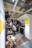 Κουζίνα επιθεώρησης γυναικών πρίν τοποθετεί τη διαταγή Στοκ Φωτογραφίες