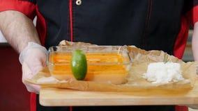Κουζίνα εστιατορίων Αρχιμάγειρας για να φέρει περίπου μια σούπα με τα συστατικά θαλασσινών σε έναν επισκέπτη απόθεμα βίντεο