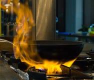 Κουζίνα εστιατορίων, τηγανίζοντας τηγάνι στην πυρκαγιά Στοκ Εικόνες