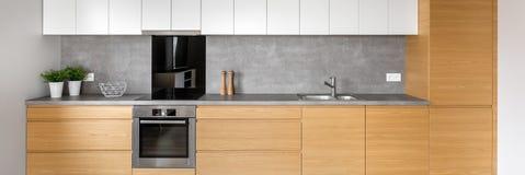 Κουζίνα με την γκρίζα επικεράμωση, πανόραμα στοκ φωτογραφία