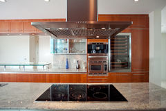 Κουζίνα με την κουκούλα και τη σόμπα στοκ φωτογραφία