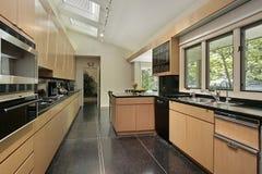 Κουζίνα με το μαύρο speckled δάπεδο στοκ φωτογραφία με δικαίωμα ελεύθερης χρήσης