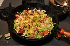 Κουζίνα με το τηγάνισμα του τηγανιού Στοκ φωτογραφία με δικαίωμα ελεύθερης χρήσης