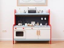 Κουζίνα παιχνιδιού και σκεύος για την κουζίνα παιχνιδιών για τα παιδιά Κατασκευή της ζύμης για Στοκ Εικόνες