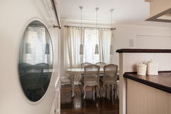Κουζίνα που αγνοεί το dinning δωμάτιο Στοκ φωτογραφία με δικαίωμα ελεύθερης χρήσης