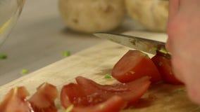 Κουζίνα που κόβει τον πολτό ντοματών στον πίνακα μαγειρικής απόθεμα βίντεο