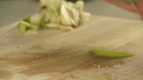Κουζίνα που κόβει το φρέσκο πράσινο μήλο στον πίνακα μαγειρικής φιλμ μικρού μήκους
