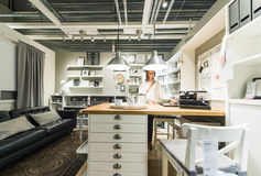 Κουζίνα πολυτέλειας αγοράς γυναικών Στοκ Φωτογραφίες