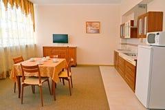 Κουζίνα στο δωμάτιο ξενοδοχείου Ένα εσωτερικό στα θερμά χρώματα στοκ φωτογραφίες