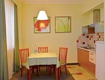 Κουζίνα στο δωμάτιο ξενοδοχείου Ένα εσωτερικό στους πράσινους τόνους στοκ εικόνα με δικαίωμα ελεύθερης χρήσης