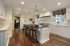 Κουζίνα στο σπίτι πολυτέλειας στοκ φωτογραφίες