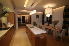 κουζίνα σχεδιαστών που αγνοεί τη τραπεζαρία Στοκ Εικόνες
