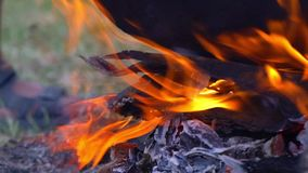 Κουζίνα υπαίθρια, που μαγειρεύει στον πάσσαλο, καζάνι μετάλλων στην πυρκαγιά, κινηματογράφηση σε πρώτο πλάνο απόθεμα βίντεο