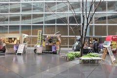 κουζίνα υψηλών σημείων πώλησης φορτηγών τροφίμων στους εργαζομένους γραφείων Στοκ Εικόνες