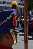 ΚΟΥΙΤΟ, ΙΣΗΜΕΡΙΝΟΣ - 28 ΙΑΝΟΥΑΡΊΟΥ 2016: Κλείστε επάνω μιας μη αναγνωρισμένης φρουράς κατά τη διάρκεια της αλλαγής της στροφής το Στοκ Εικόνα