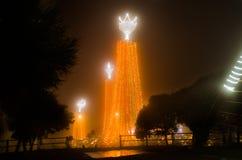 ΚΟΥΙΤΟ, ΙΣΗΜΕΡΙΝΟΣ - 10 ΙΑΝΟΥΑΡΊΟΥ 2017: Φωτεινά πορτοκαλιά φω'τα που βρίσκονται στο Λα Virgen de EL Panecillo στο κέντρο πόλεων Στοκ φωτογραφία με δικαίωμα ελεύθερης χρήσης