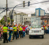 ΚΟΥΙΤΟ, ΙΣΗΜΕΡΙΝΟΣ - 7 ΙΟΥΛΊΟΥ 2015: Πολύ emocional και συμπαθητική στιγμή του παπά Ισημερινός που φθάνει στον Ισημερινό, popemob Στοκ φωτογραφίες με δικαίωμα ελεύθερης χρήσης