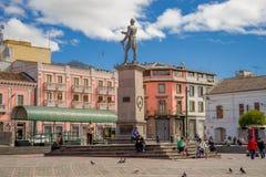 ΚΟΥΙΤΟ, ΙΣΗΜΕΡΙΝΟΣ - 23 ΝΟΕΜΒΡΊΟΥ 2016: Μη αναγνωρισμένοι άνθρωποι που περπατούν ιστορικό Plaza de Santo Domingo στην παλαιά πόλη Στοκ Εικόνες