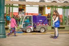 ΚΟΥΙΤΟ, ΙΣΗΜΕΡΙΝΟΣ - 23 ΝΟΕΜΒΡΊΟΥ 2016: Μη αναγνωρισμένο ζεύγος που περπατά Historic Plaza de Santo Domingo, ενώ ένα καθαρό αυτοκ Στοκ Εικόνα