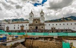 ΚΟΥΙΤΟ, ΙΣΗΜΕΡΙΝΟΣ - 10 ΣΕΠΤΕΜΒΡΊΟΥ 2017: Όμορφη άποψη της ιστορικής θέσης Plaza de Santo Domingo Κουίτο Ισημερινός του νότου Στοκ φωτογραφία με δικαίωμα ελεύθερης χρήσης