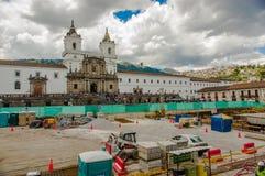 ΚΟΥΙΤΟ, ΙΣΗΜΕΡΙΝΟΣ - 10 ΣΕΠΤΕΜΒΡΊΟΥ 2017: Όμορφη άποψη της ιστορικής θέσης Plaza de Santo Domingo Κουίτο Ισημερινός του νότου Στοκ Φωτογραφία