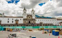 ΚΟΥΙΤΟ, ΙΣΗΜΕΡΙΝΟΣ - 10 ΣΕΠΤΕΜΒΡΊΟΥ 2017: Όμορφη άποψη της ιστορικής θέσης Plaza de Santo Domingo Κουίτο Ισημερινός του νότου Στοκ Εικόνες