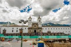 ΚΟΥΙΤΟ, ΙΣΗΜΕΡΙΝΟΣ - 10 ΣΕΠΤΕΜΒΡΊΟΥ 2017: Όμορφη άποψη της ιστορικής θέσης Plaza de Santo Domingo Κουίτο Ισημερινός του νότου Στοκ Εικόνα