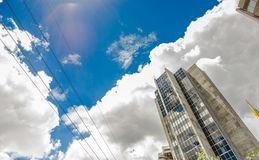 ΚΟΥΙΤΟ, ΙΣΗΜΕΡΙΝΟΣ - 10 ΣΕΠΤΕΜΒΡΊΟΥ 2017: Όμορφη ηλιόλουστη ημέρα με έναν μπλε ουρανό, με μερικά κτήρια στην πόλη του Κουίτο Στοκ Φωτογραφία