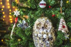 Κουκουβάγια παιχνιδιών σε ένα πράσινο χριστουγεννιάτικο δέντρο Στοκ εικόνες με δικαίωμα ελεύθερης χρήσης