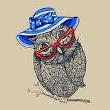 Κουκουβάγια ύφους Doodle στο θερινό μπλε γδυμένο καπέλο και κόκκινα eyeglasses Στοκ εικόνες με δικαίωμα ελεύθερης χρήσης