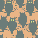 Κουκουβάγιες που κάθονται σε έναν κλάδο Στοκ εικόνα με δικαίωμα ελεύθερης χρήσης