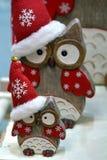 Κουκουβάγιες Χριστουγέννων με την κόκκινη ΚΑΠ στοκ εικόνα
