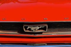 κουκούλα του 1965, σχάρα, και λογότυπο αυτοκινήτων μάστανγκ Στοκ Εικόνες
