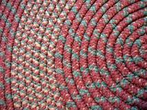 κουλουριασμένη χειροποίητη κουβέρτα βασικών κουρελιών Στοκ φωτογραφίες με δικαίωμα ελεύθερης χρήσης