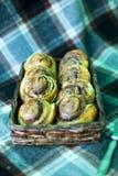 Κουλούρια κανέλας που μαγειρεύονται στο σπίτι και που διακοσμούνται με τα σμέουρα στοκ εικόνες