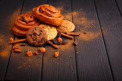Κουλούρια, oatmeal και σοκολάτας μπισκότα, σοκολάτα, καρύδια, σταφίδες ενός ξύλινου πίνακα μέσα Στοκ εικόνες με δικαίωμα ελεύθερης χρήσης