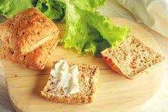 Κουλούρι με το τυρί και το μαρούλι στοκ φωτογραφία με δικαίωμα ελεύθερης χρήσης