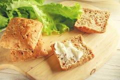 Κουλούρι με το τυρί και το μαρούλι στοκ φωτογραφίες με δικαίωμα ελεύθερης χρήσης