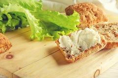 Κουλούρι με το τυρί και το μαρούλι στοκ εικόνες με δικαίωμα ελεύθερης χρήσης