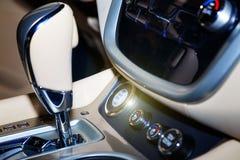 Κουμπί έναρξης και στάσεων μηχανών στο σύγχρονο και αυτοκίνητο πολυτέλειας Μαύρο εσωτερικό δέρματος σε ένα σύγχρονο όχημα Στοκ Φωτογραφίες