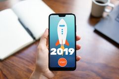 κουμπί έναρξης πυραύλων έτους του 2019 στην κινητή τηλεφωνική οθόνη E στοκ εικόνα με δικαίωμα ελεύθερης χρήσης