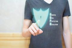 Κουμπί ασπίδων συμπίεσης χεριών ατόμων στοκ εικόνα