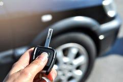 Κουμπί εκμετάλλευσης χεριών στο μακρινό αυτοκίνητο Στην εκλεκτική εστίαση των Τύπων χεριών γυναικών στα συστήματα συναγερμών αυτο στοκ φωτογραφία με δικαίωμα ελεύθερης χρήσης